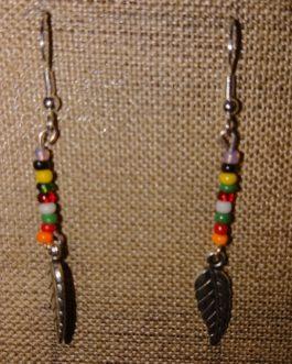 Boucles d'oreilles plume argentée perles de rocaille