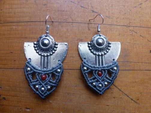 Boucles pendantes macramé argentées gris cornaline