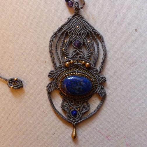 pendentif macramé vert gris lapis-lazuli